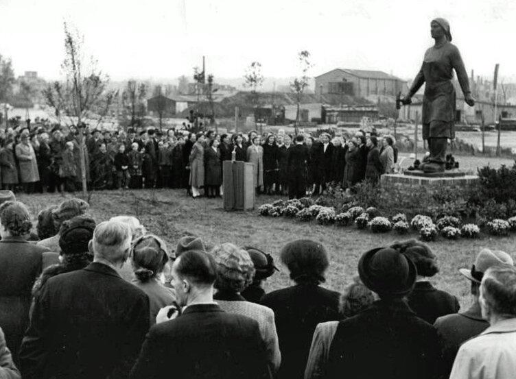 Открытие первого памятника трюммерфрау в Дрездене в 1952 году