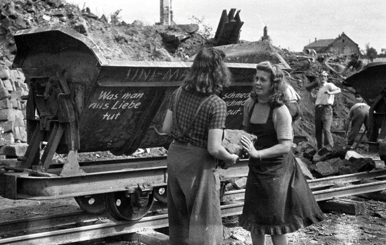 Студенты из Западной Германии разбирают завалы, 1946 г.