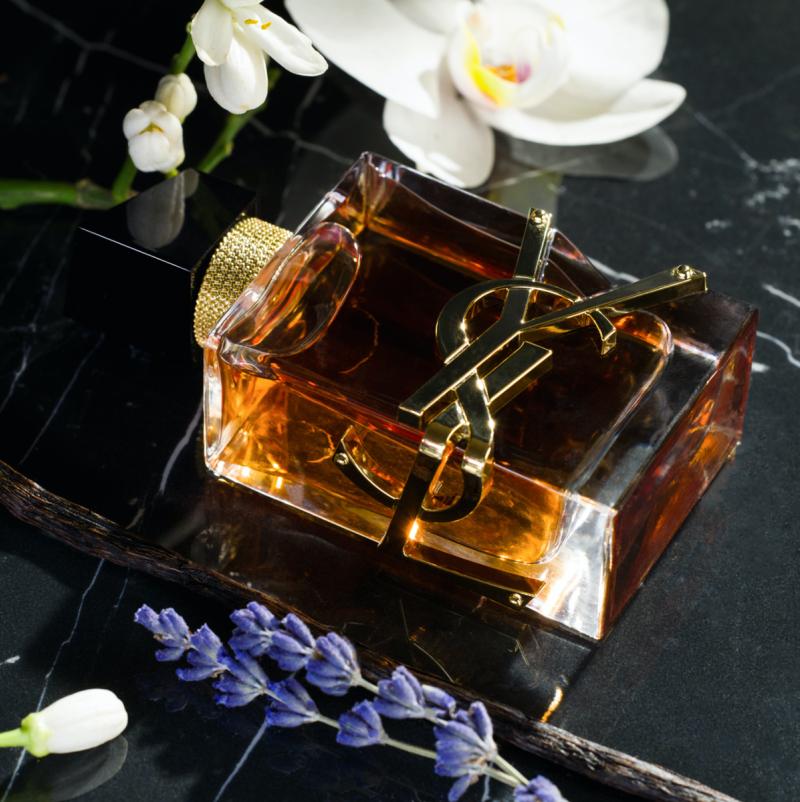 Красивый, немного дымный парфюм с утонченным цветочным флером.