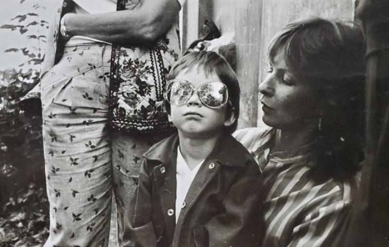 На первые съёмки Сашу Лойе всегда сопровождала мама
