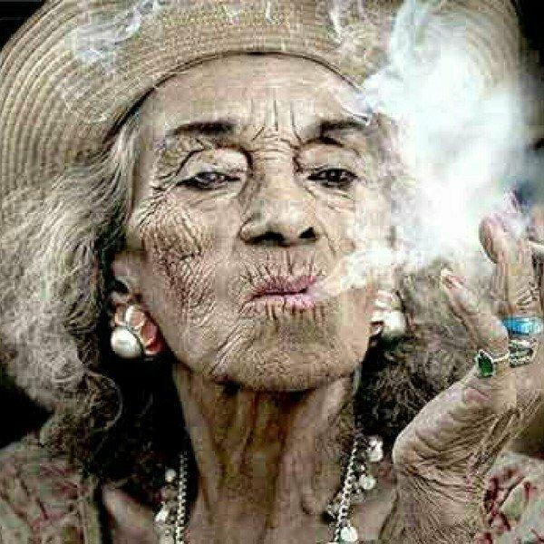 Моя бабушка курит трубку!