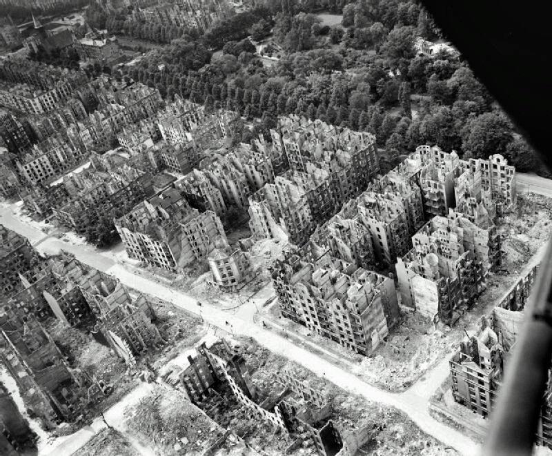 Жилой район Гамбурга незадолго до окончания войны, разрушенный бомбардировками