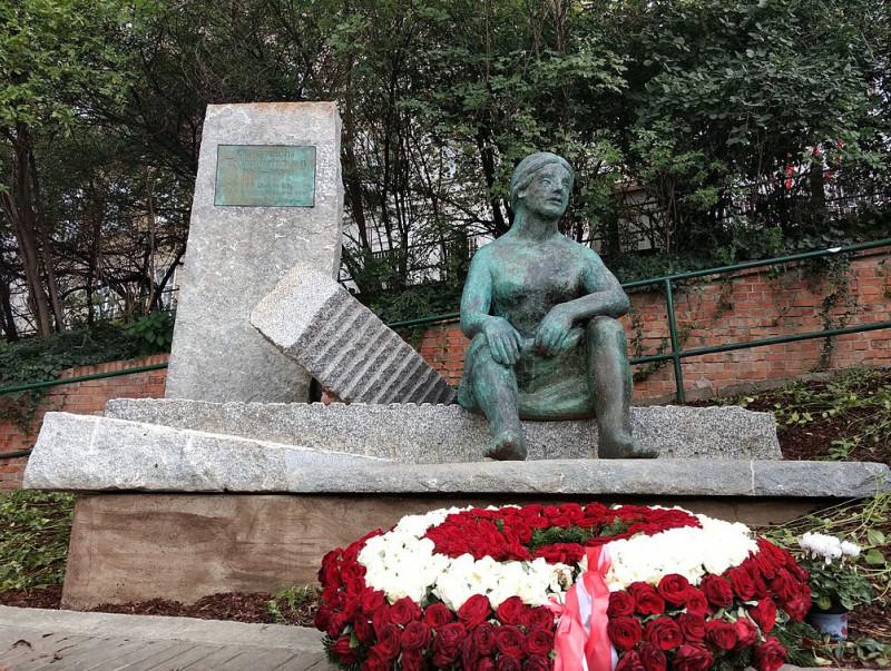 Памятник трюммерфрау в Вене. Установлен в 2017 г.