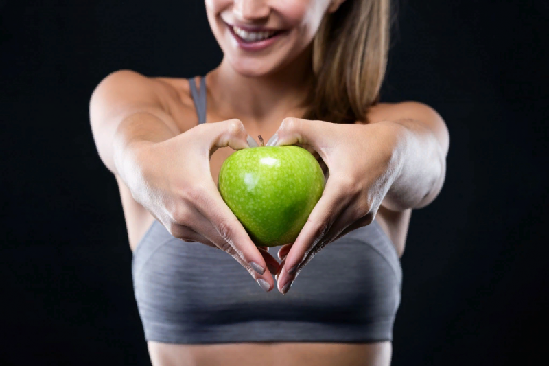 Чтобы похудеть, нужно есть целые фрукты, свежие или запечённые без сахара, а также пюре. В диете разрешён и свежевыжатый яблочный сок. Однако, как и в случае с цитрусовой «разгрузкой», этот вариант похудения не подходит людям с болезнями желудка и ЖКТ, выдерживать его нужно максимум неделю.