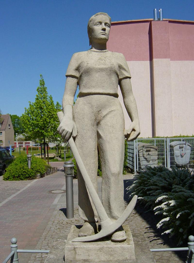Памятник трюммерфрау в городке Штрасбург в Восточной Германии