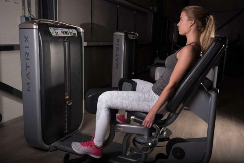 Сведение ног в тренажере сидя. Источник изображения Яндекс-картинки.