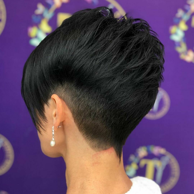 На макушке, наоборот, остаются волосы удлиненные, что придает прическе объемность.