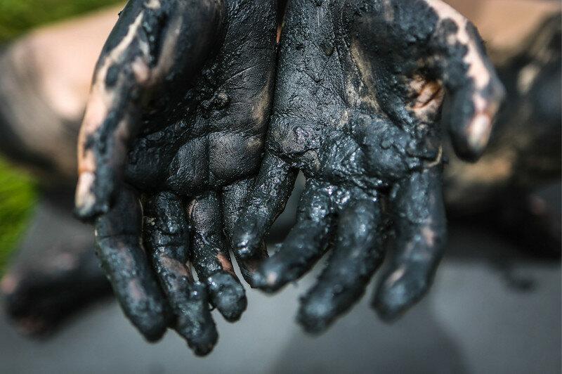 грязь мертвого моря на руках - эффектно для фото, но эффект на лице - круче.