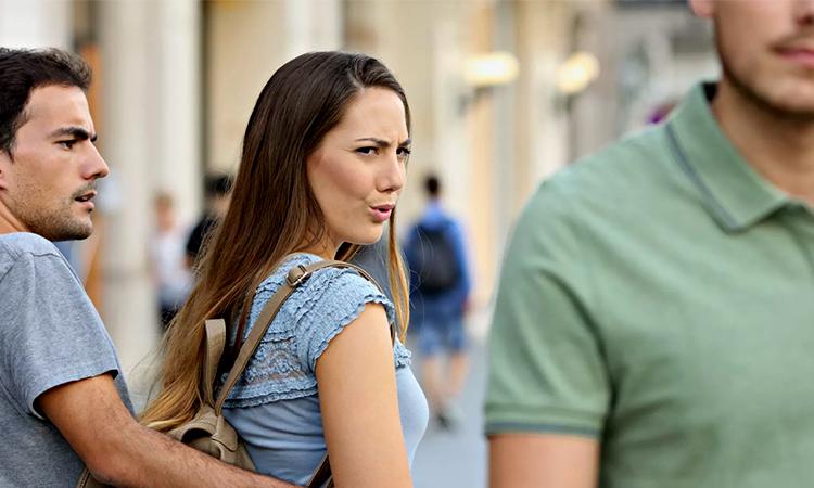 Женщина заглядывается на других мужчин.
