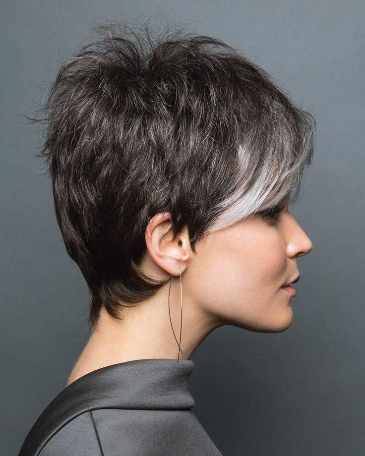Волосы на макушке имеют максимальную длину, допускается как вариант с наличием челки, так и с ее отсутствием, –зависит от вариации стрижки.