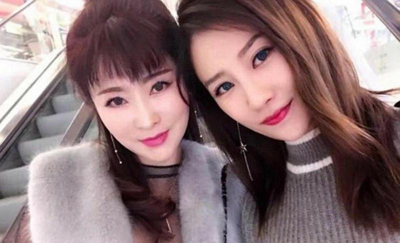 А вот ещё один пример: слева — Сюй Минь, 50 лет, а справа её 25 летняя дочь.