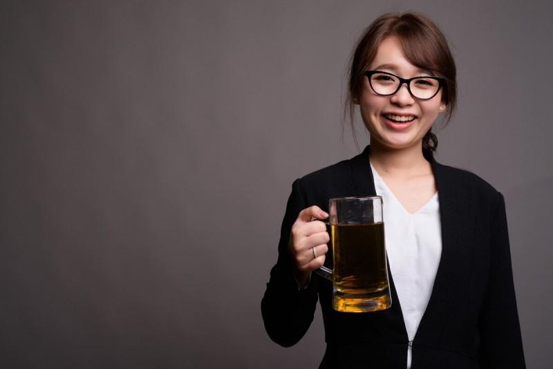Шанс на спасение женщины от алкогольной зависимости, хоть и невелик, но он есть, и с этим недугом обязательно нужно бороться