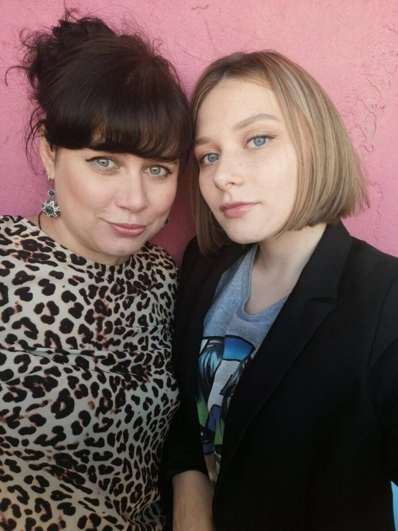 Это я и моя дочь. Мы раньше были подругами, но с годами наша дружба крепчает.