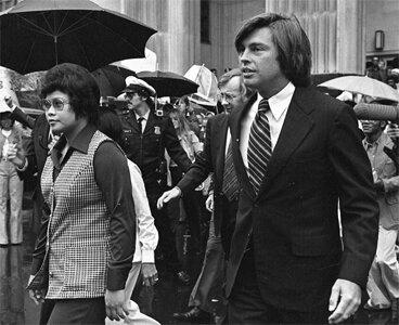 """Фотоснимки 1976 и 1977 гг: обвиняемые в серийных убийствах медсёстры ветеранского госпиталя в Энн-Арбор в сопровождении своих адвокатов.   Обе обвиняемые находились в процедуре вхождения в гражданство США. Как только против них были выдвинуты обвинения, Госдепартамент США заморозил процедуру, что впоследствии считалось одним из свидетельств правового произвола и источником всевозможных страданий как обвиняемых, так и их близких.  Адвокаты просили отпустили обвиняемых под залог, суд назначил таковой в размере 150 тыс.$, т.е. по 75 тыс.$ c каждой обвиняемой. Таких денег у них не нашлось и они отправились за решётку.  Там Леонор Перез родила второго сына.  А далее произошло необычное, то, что прямо повлияло на весь ход событий. В дело вмешался Пасифико Маркос, младший брат филлипинского диктатора Фердинандо Маркоса. Пасифико возглавлял """"Philippine Medical Association"""". Сия ассоциация занималалсь не только и не столько здравоохранением населения страны, сколько экспортом медицинских кадров за пределы Филлипин. Страна была очень бедна и управлялась жестокоим диктатором Маркосом, поэтому экспорт рабсилы являлся в 1960-1980-х гг одним из самых эффективных инструментов пополнения государственного бюджета. Отправлявшийся за пределы Филлипин человек получал от властей специальное разрешение и в дальнейшем платил налог с заработка. Кстати, мало кто знает, но подобную систему """"экспорта рабсилы"""" в 21 веке взял на вооружение Таджикистан, нынешние таджикские трудовые мигранты действуют отнюдь не самостийно - нет! - они выезжают в рамках особой госпрограммы, участие в которой платное.  Пасифико Маркос заявил, что дело против Нарсисо и Перез является судебной ошибкой. И пригрозил, что в случае неблагоприятного его исхода (читай - осуждения обвиняемых) филлипинские власти отзовут всех своих граждан, работающих в американских больницах. По состоянию на начало 1976 г речь шла по меньшей мере о 30 тыс. медсёстрах!"""