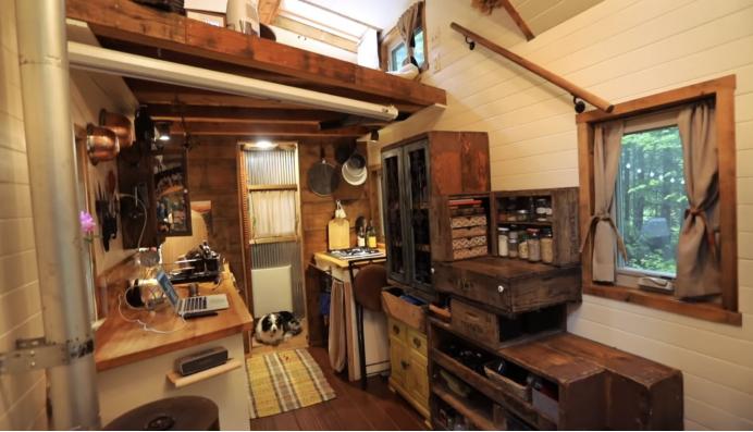 Женщина превратила старый трейлер в двухэтажный деревянный домик - то, как она организовала пространство внутри поражает