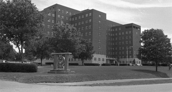 Госпиталь ветеранов вооруженных сил (сокр. VA Hospital) был построен в начале 1950-х гг и принял первых пациентов в сентябре 1953 г.   Началось всё с того... хотя на самом деле даже непонятно с чего же всё и началось.  В начале июля 1975 г в отделении интенсивной терапии VA Hospital стали умирать пациенты. В принципе, они умирали там всегда, поскольку в этом отделении находятся самые тяжелые больные, поэтому можно сказать, что смерть кого-то из них являлась всего лишь статистической величиной. Прошёл почти месяц, прежде чем врачи обратили внимание на увеличение частоты скоропостижных, т.е. внезапных, смертей. Причём с очень схожими диагнозами. У сравнительно молодых мужчин, находившихся в хорошей физической форме, внезапно останавливалось дыхание, тут же начинались перебои в работе сердца, затем останавливалось и сердце... Больных начинали реанимировать и возвращали к жизни, но через 6 часов необъяснимый припадок слабости повторялся. Не всякий раз и не у каждого, но по меньшей мере в 4 случаях приступы имели место в течение суток два и даже три раза.  Особенно подозрительно выглядела остановка дыхания и сердца у 36-летнего офицера-десантника в отставке Кристофера Райта, который попал в реанимацию после сравнительно простенькой операции на колене. Мужчина был абсолютно здоров, всю жизнь занимался спортом и ничто не указывало на возможность серьёзных послеоперационных осложнений, но его, между тем, едва спасли!  Сейчас уже невозможно сказать, кто первым из врачей-реаниматологов обратил внимание на странные случаи ухудшения здоровья, вполне возможно, что это сделали независимо друг от друга сразу несколько человек. Но в конце июля некоторые из врачей обменялись мыслями по этому поводу и решили составить список с перечнем подозрительных инцидентов. Таковых по разным подсчётам получилось изрядно - 11 подозрительных смертей и примерно столько же случаев, не закончившихся смертью. Доктор Энн Хилл (Anne Hill), главный врач отделения интенсивной терапии, посчитала необходимы