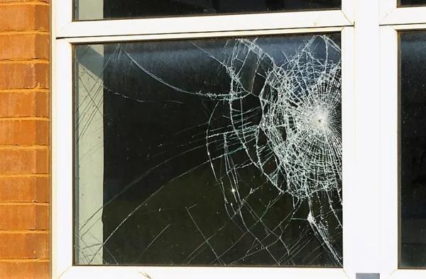 Прихваченными с собой садовыми лопатами разбили окна сопернице