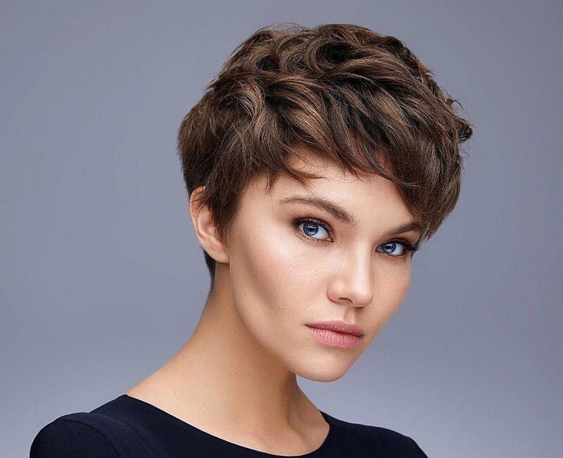 Обладателям коротких волос приходится сложнее всего, но и для них есть популярные варианты стрижек: