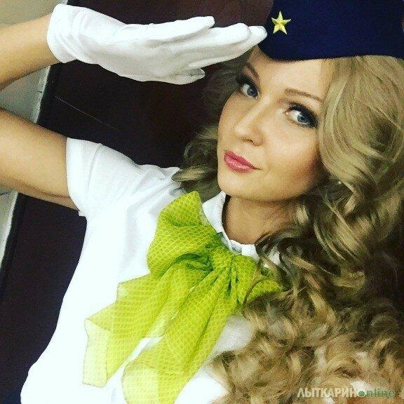 Победительница конкурса красоты среди стюардесс рассказывает , как проходит рабочая смена экипажа самолета