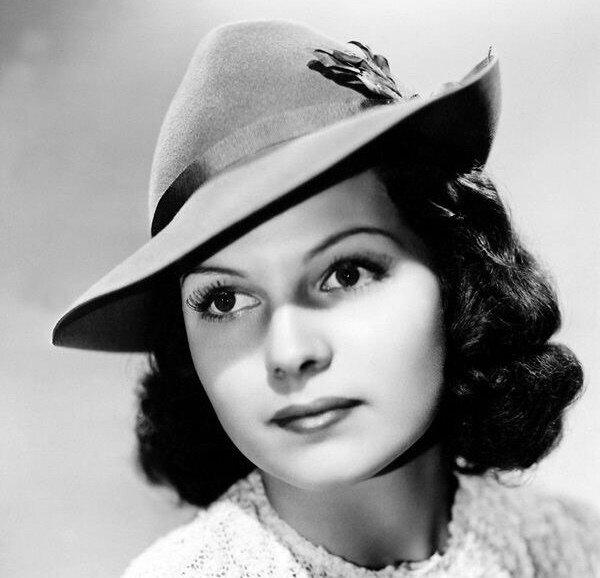 Действие происходило в 1930-40е годы, поэтому многие отмечали сходство Элеоноры с популярной тогда актрисой Ритой Хейворт. Так что в самом начале своего замужества Нора выглядела примерно так.