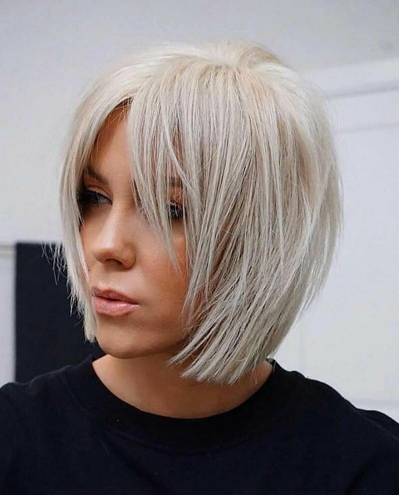 Обладательницы тонких волос отлично знают, как сложно придать им нужный объем. На выручку им придут модные стрижки 2019-2020:
