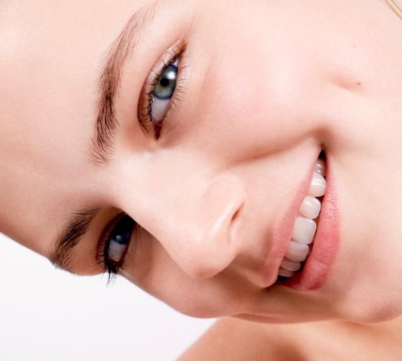 Есть вопросы по уходу или макияжу? Задайте их эксперту Clarins!