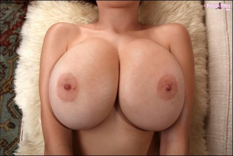 Большая обнаженная женская грудь. Крупным планом.