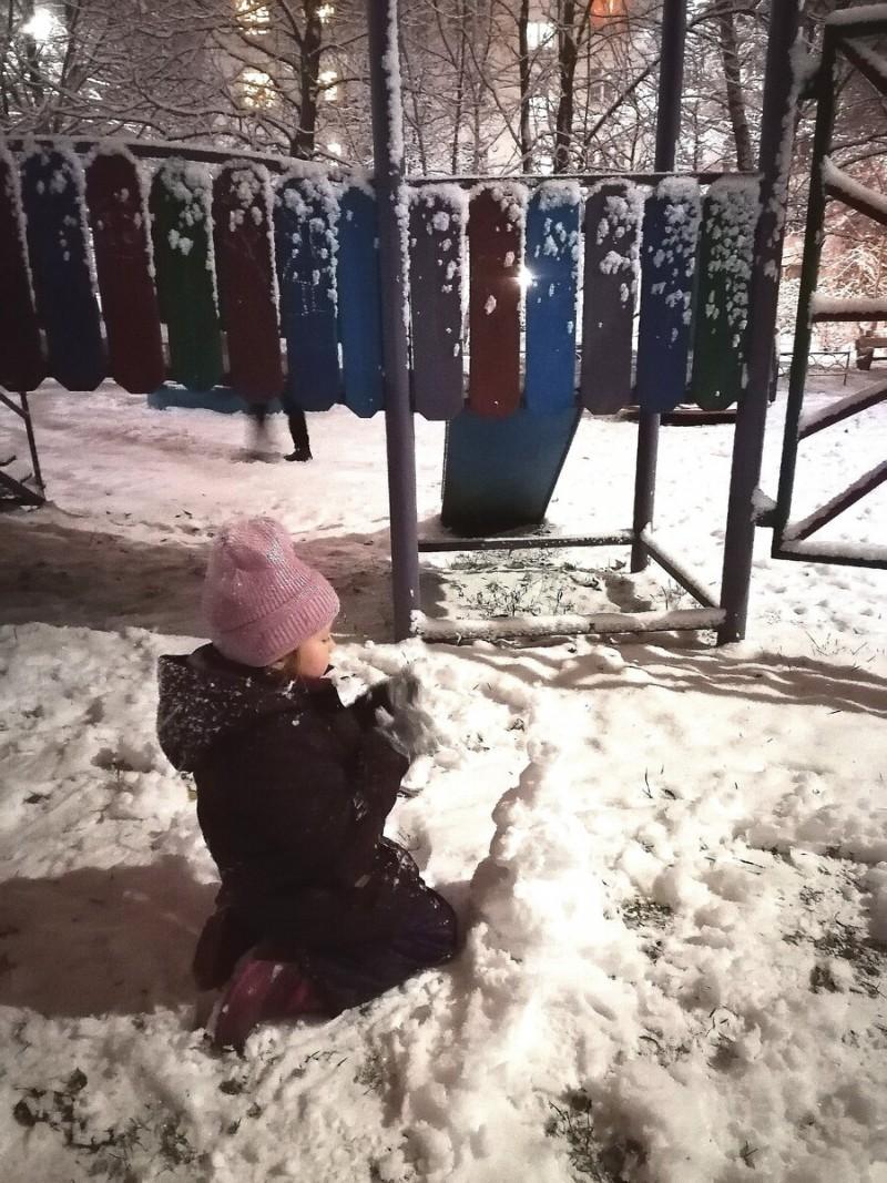 Наша прогулка с дочкой. Первый снег!