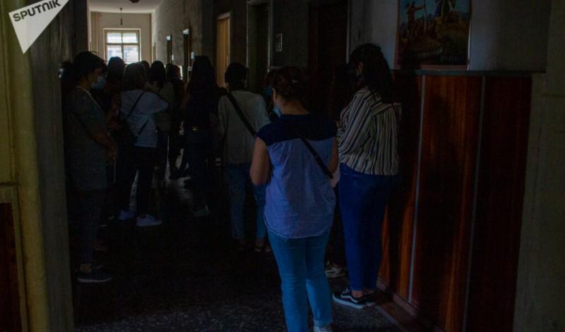 Очередь женщин, желающих записаться в добровольческий батальон. источник фото: https://clck.ru/RgXPi