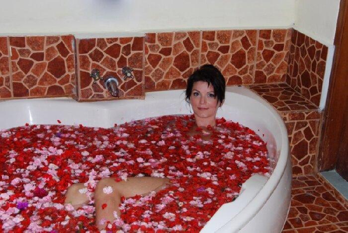 Ванна с лепестками роз и розовым маслом