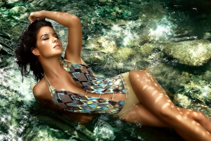 Я знаю прекрасны всегда и везде, женские формы даже в воде.