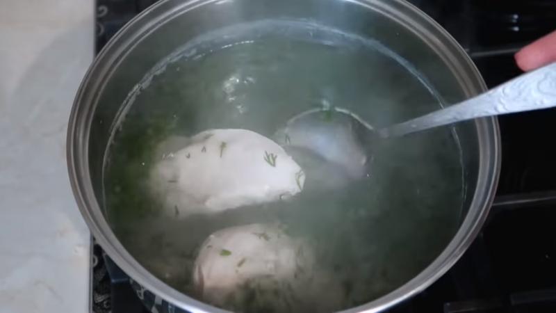 Когда мясо практически готово, добавляю сушеный чеснок и зелень укропа