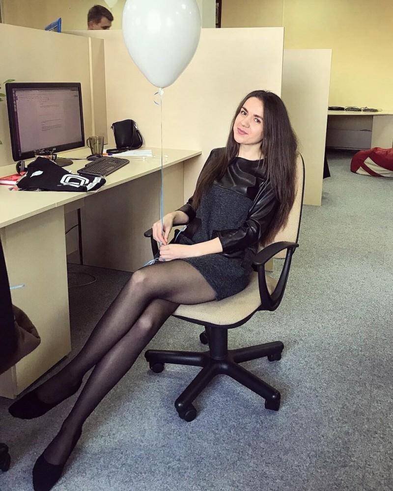Нашли причины, зачем женщины наряжаются на работе. Инстинкт.