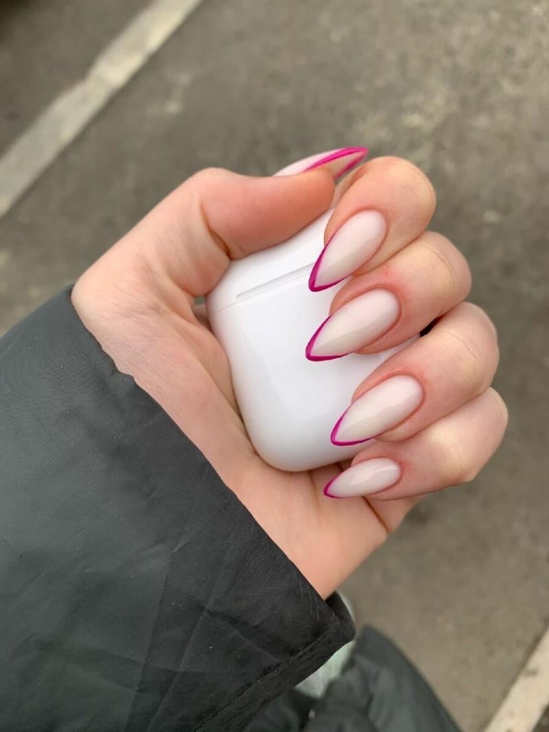 Что это!? Французский маникюр?! О да ! За счёт необычного цвета и формы ногтей этот вид останется в сердцах у многих девочек.