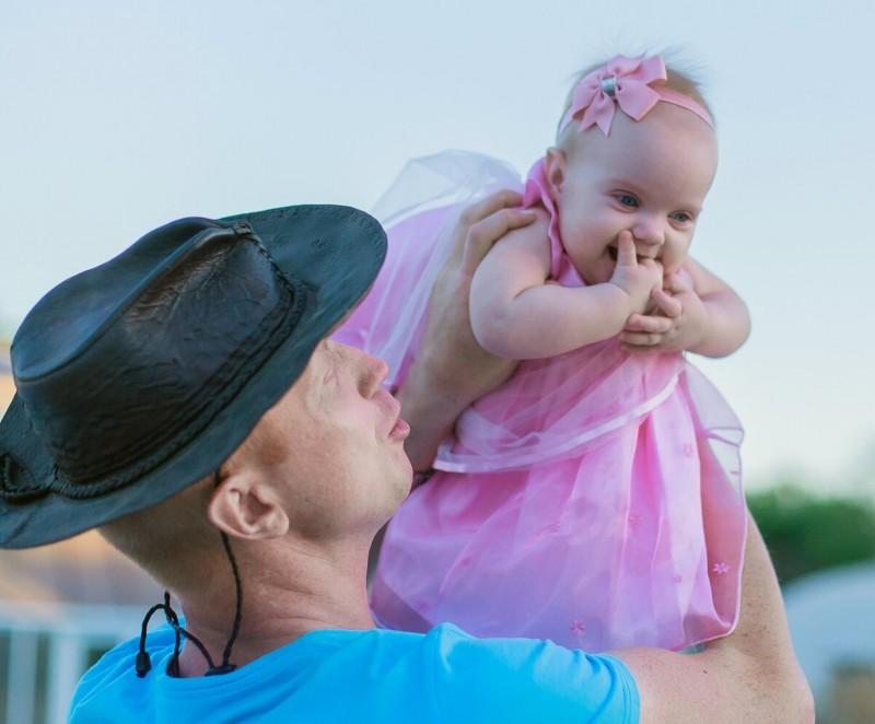 Здесь Катюше 8 месяцев. Муж еще не знает про ее будущие диагнозы. Сегодня смотрю на это фото с любовью и знаю, что супруг принимает дочь такой, какая она есть.
