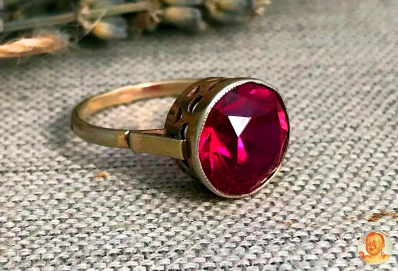 Золотое кольцо с искусственным рубином