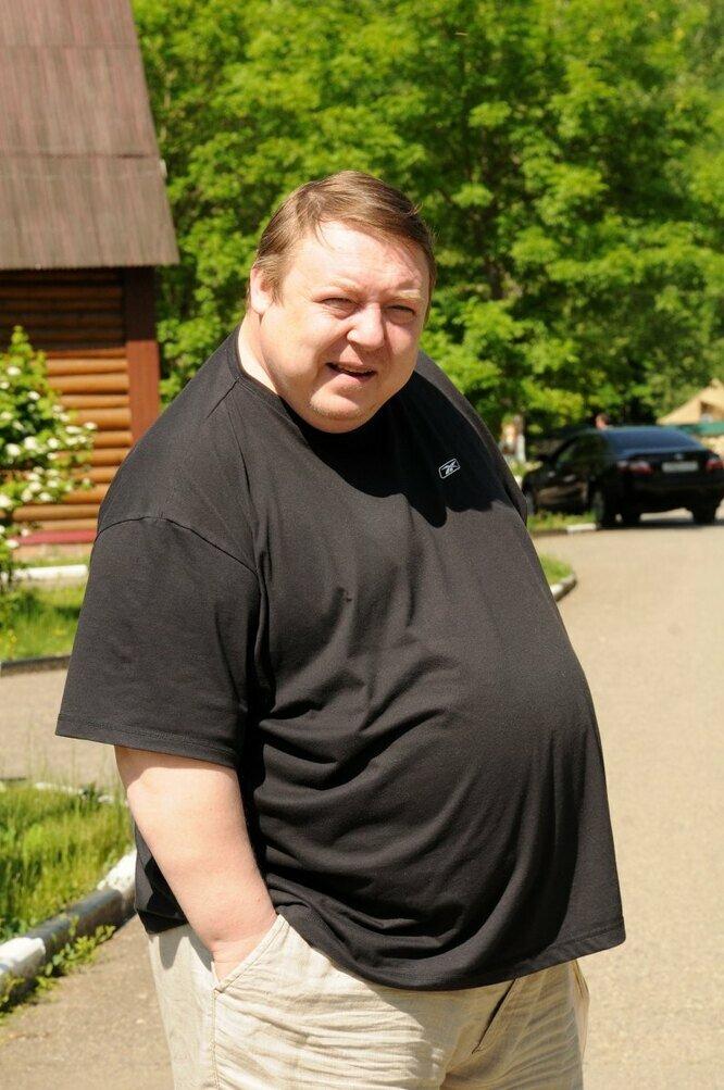Примерно таким он был, но это он в молодости, к моменту похудения он был гораздо больше