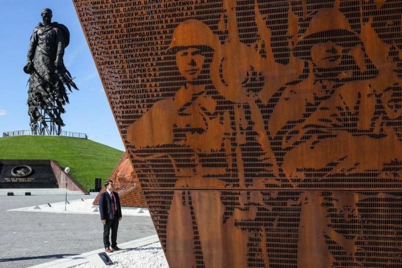 """В Новоронеже памятник Аленке реально пугает людей своей """"красотой"""""""