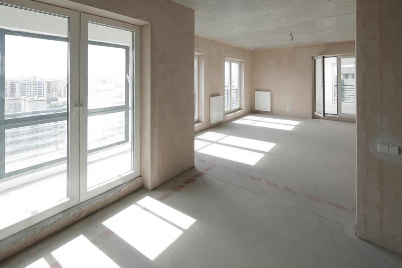 Сейчас квартира кажется очень просторной, но на полу уже размечено, где возводить стены. С ними полезная площадь существенно уменьшится, если, конечно, вы не решите оставить все как есть.
