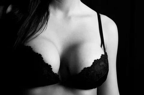 Черно-белые фото женской груди