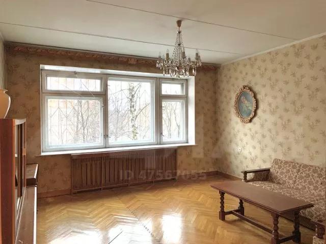 Комната сфотографирована при хорошем дневном освещении. Паркет блестит, все лишние вещи убраны. Видно, что квартира готова к заселению новых жильцов