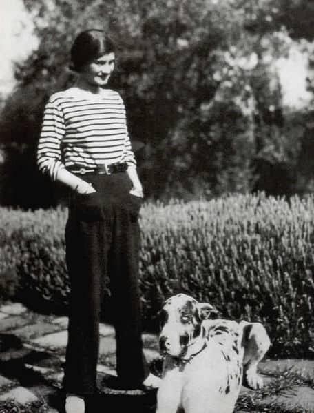 Коко Шанель сотрудничала с германской разведкой и спала с высшими офицерами Рейха, после войны была арестована и провела несколько месяцев в тюрьме, выти откуда смогла после заступничества Черчилля, была выслана из Франции на 10 лет