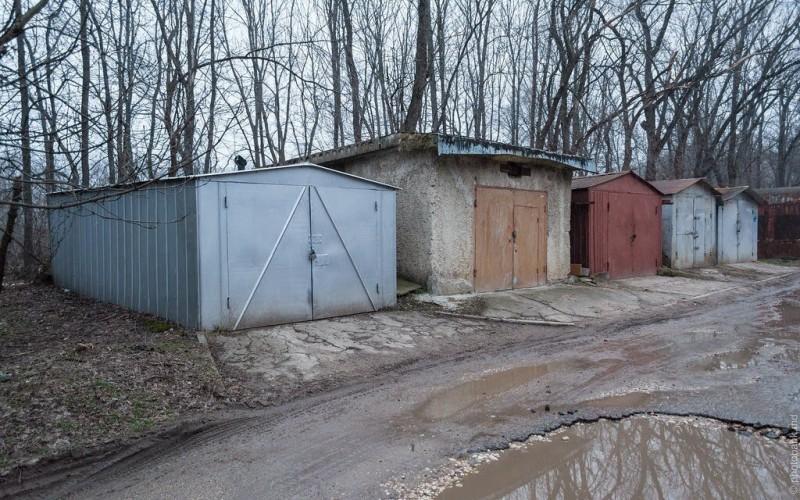 Если окна выходят на хозпостройки или гаражи — это причина просить скидку
