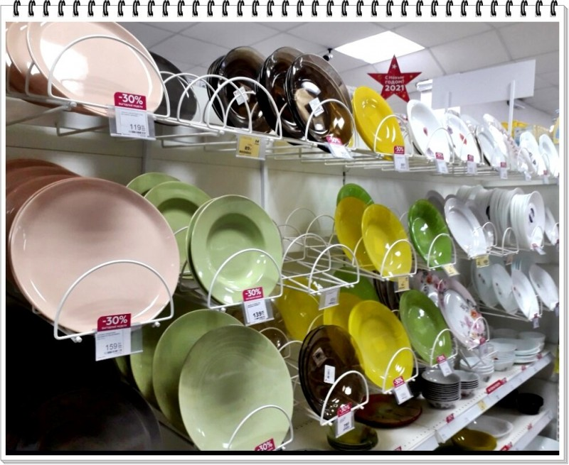 Витрина с тарелками. Фото автора. Листайте галерею