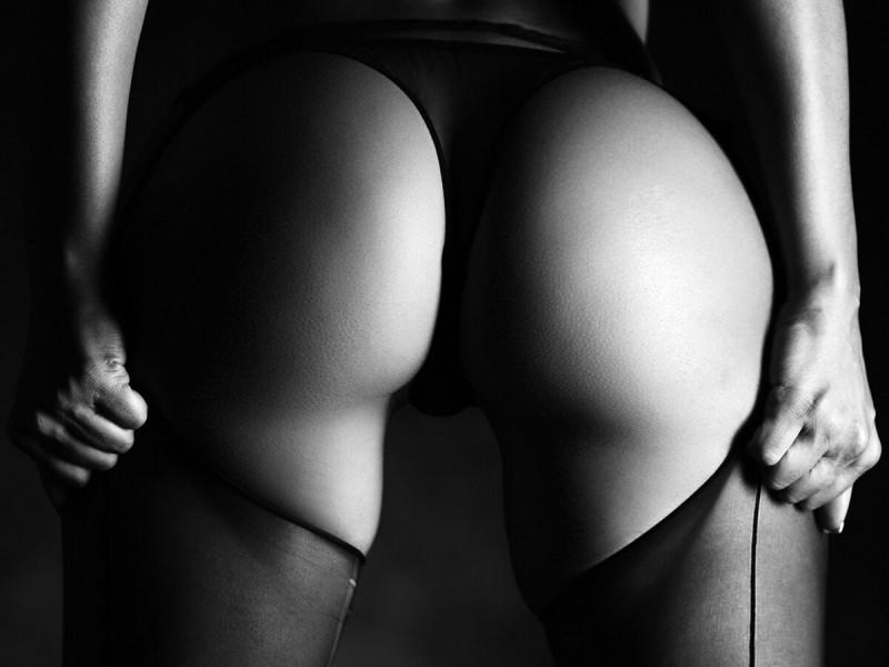 Черно-белые фото женских попок