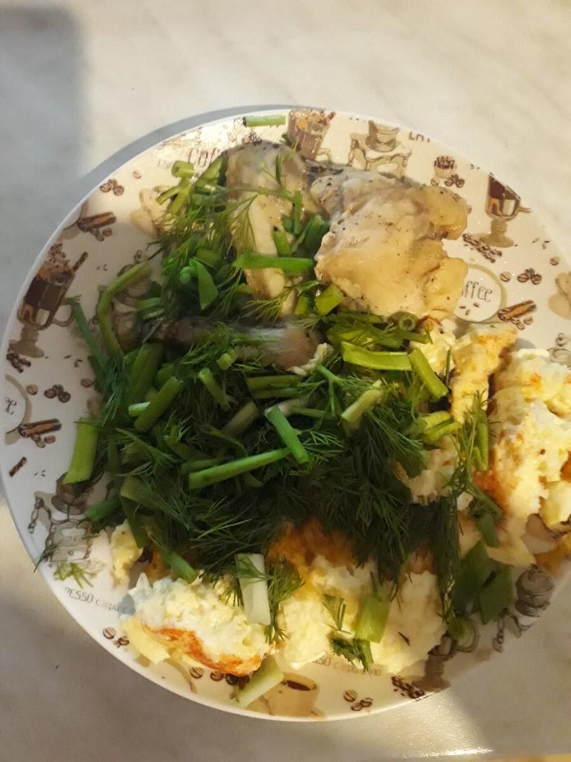 Ужин. Омлет, куриное крылышко и зелень.