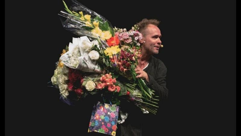 Аверин на сольном концерте. Фото с Яндекс Картинки.