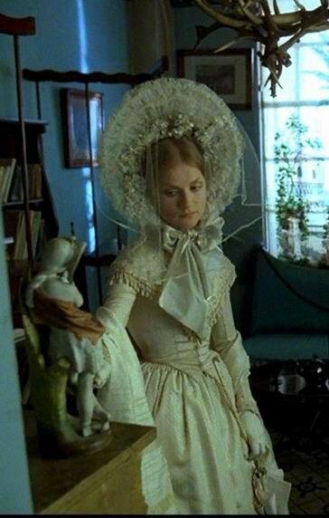 Мода 1840-х. Нарядный капор с белой вуалью и платье.