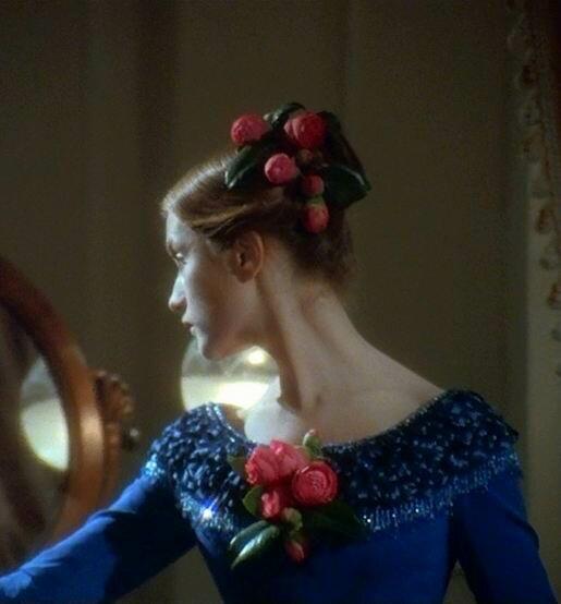 Мода 1840-х. Высокая причёска без локонов. Платье с облегающими рукавами.