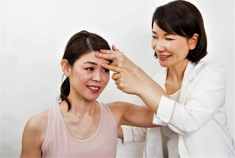 """""""Как убрать морщины между бровями? Есть секретный метод"""", - говорит доктор Хирои Мураки (47 лет). - """"Расслабьте лоб и 1 пальцем сделайте круговые движения."""" Фото из свободного источника интернета"""